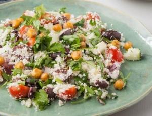 Μεσογειακή Σαλάτα με κους κους από κουνουπίδι, ψητά Ρεβίθια & Lemon Dressing