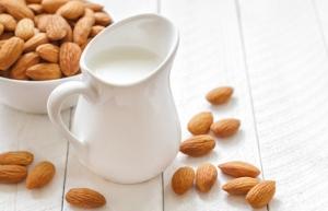 Πώς να κάνετε μόνοι σας γάλα αμυγδάλου! Δείτε τη συνταγή.